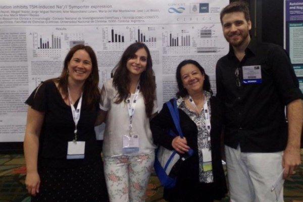 Presentación de poster en el 15th International Thyroid Congress (Orlando, EEUU). De izq. a der.: Dra. Montesinos, Bioq. Peyret, Dra. Masini-Repiso y Dr. Nicola.